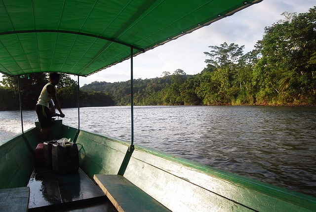 Backpacking in Ecuador Flussfahrt im Amazonas Gebiet